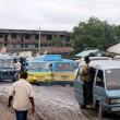 Mauvaise état de la route sur l'avenue du 24 novembre entre la prison centrale de Makala et le marché de Selembao à Kinshasa/RDC, le 24/02/2012. Radio Okapi/Ph. Aimé-NZINGA