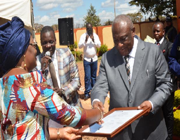 Dg Risasi recevant le certificat d'accréditation du laboratoire de l'OCCKasumbalesa