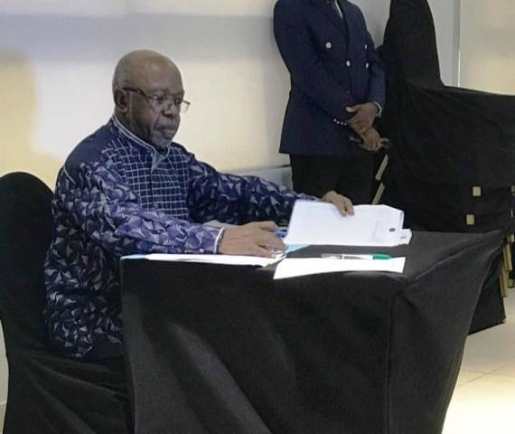 Elikia Mbokolo signant la charte