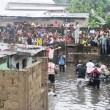 Les volontaires du quartier et ceux de la Croix rouge locale évacuent des corps de cinq enfants morts dans l'inondation due à la forte pluie qui s'est abattue la nuit de mercredi à jeudi 4/01/2018 à Kinshasa. Radio Okapi/Ph. John Bompengo