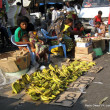 Une vue de vendeuses des fruits au marché centrale de Kinshasa, ce 19/03/2011. Des fruits étalés de par le sol sur la chaussée principal qui travers le marché central. Radio Okapi/ Ph. John Bompengo