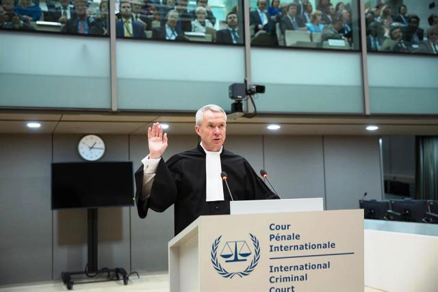 Peter Lewis lors de sa prestation de serment en tant que Greffier de la CPI