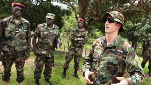 Un membre des forces spéciales américaines avec des militaires centrafricains et ougandais