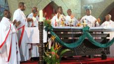 Des évêques catholiques, lors d'une messe officiée par le cardinal Laurent Mosengwo Pasinya (au centre) le 12/1/2012 à la cathédrale notre dame de Kinshasa. Radio Okapi/ Ph. John Bompengo