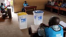Des agents électoraux et des témoins des candidats le 28/11/2011 dans un bureau de vote au quartier Makelele dans la commune de Bandalungwa à Kinshasa, pour les élections de 2011 en RDC. Radio Okapi/ Ph. John Bompengo