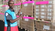 Un agent de la Ceni explique les emplacements des kits électoraux à l'aéroport de N'djili (Kinshasa), le 16/09/2011. MONUSCO/ Ph.  Myriam Asmani