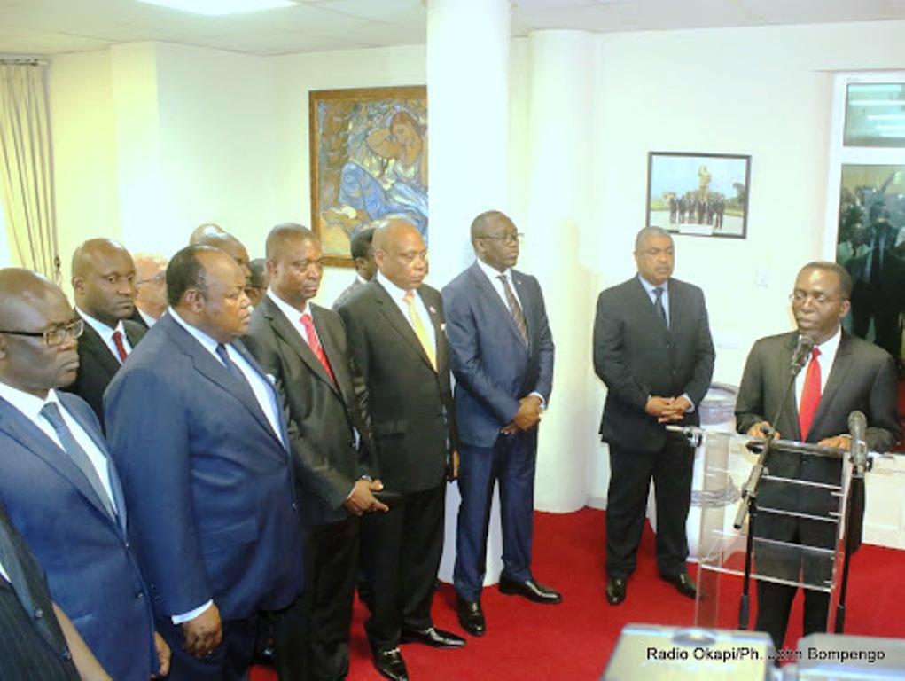 Le Premier ministre sortant, Matata Ponyo Mapon et son successeur Samy Badibanga aux côtés de nouveaux membres du gouvernement lors de la cérémonie de remise et reprise le 20/12/2016 à Kinshasa. Radio Okapi/Ph. John Bompengo