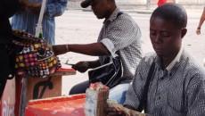 Des cambistes Œuvrant  dans un coin de rue à Kinshasa. Radio Okapi/ Ph. John Bompengo