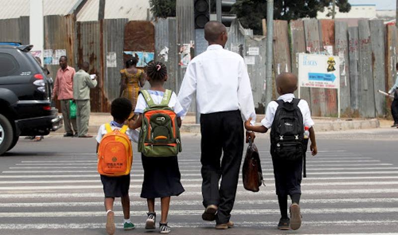 Un parent viens de récupérer ses enfants à l'école le 5/9/2011 à Kinshasa, lors de la rentrée scolaire 2011-2012. Radio Okapi/ Ph. John Bompengo