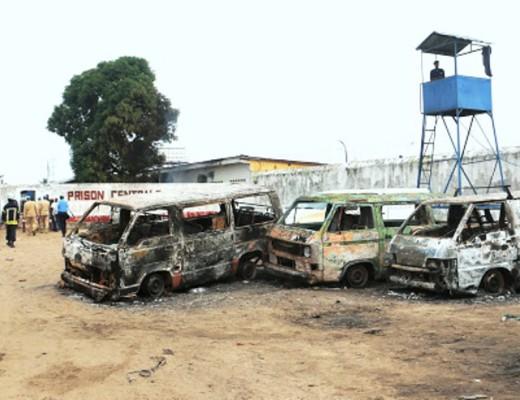 Des véhicules incendiés devant la prison de Makala à Kinshasa, le 17/05/2017 lors d'une évasion. Radio Okapi/Ph. John Bompengo